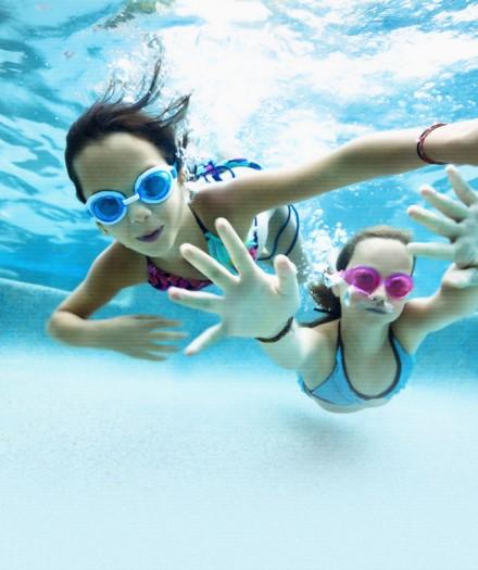 Beneficiile înotului pentru sănătatea copilul tău